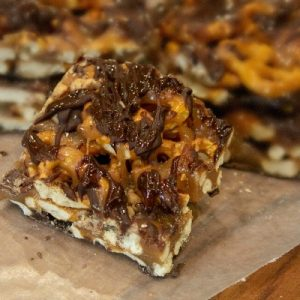 These easy Salted Caramel Chocolate Pretzel Bars have only 6 ingredients and will quickly become your new favorite sweet and salty treat!  A deliciously simple No Bake recipe! #dessert #saltedcaramelrecipe #pretzelrecipe #pretzels