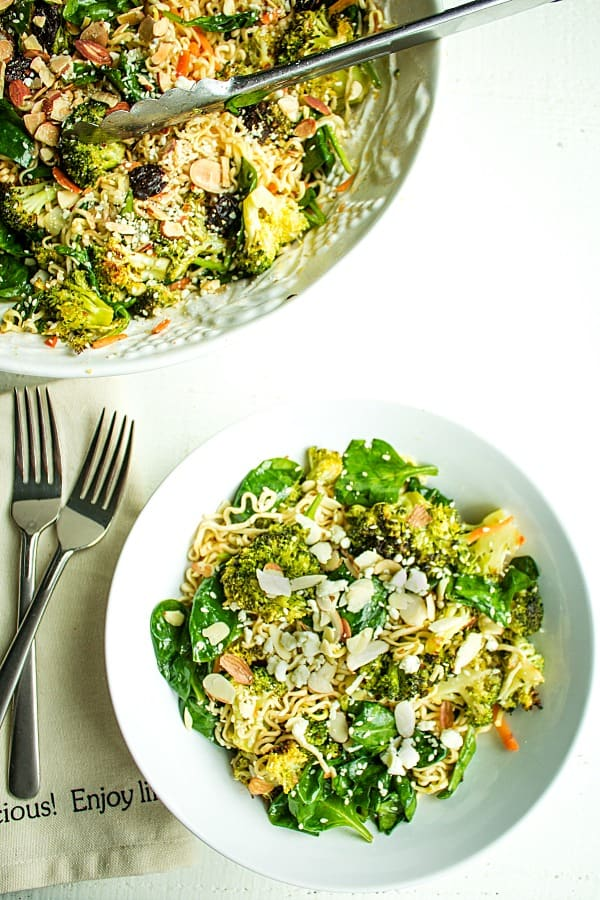 Cold Noodle Broccoli Spinach Salad is a tasty blend of ramen noodles, roasted fresh broccoli and spinach, tossed in a light vinaigrette. #mustlovehomecooking #broccolisalad