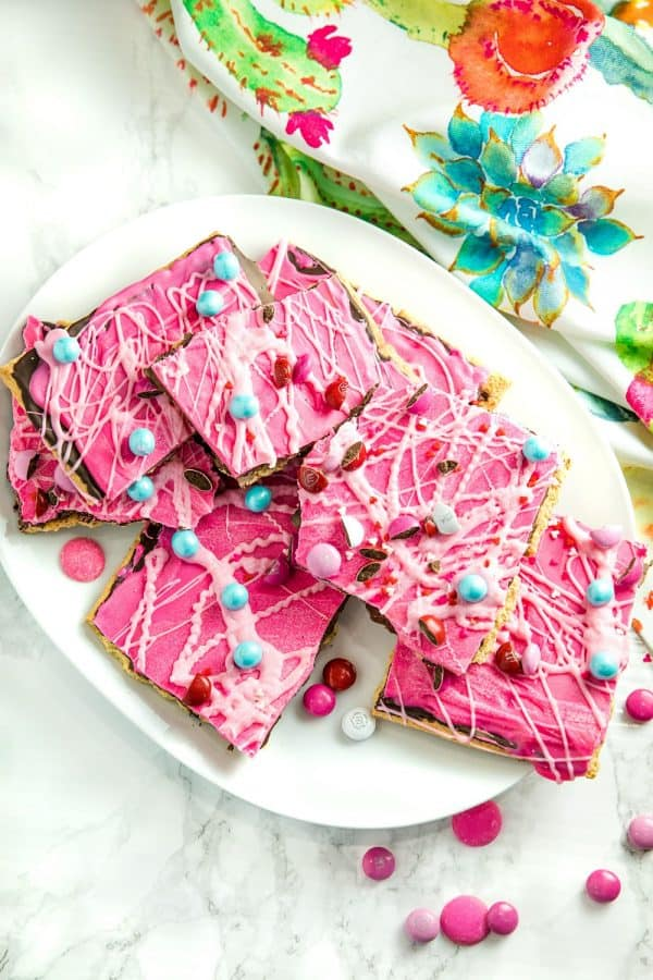 Sweetheart Graham Candy Bark made with layers of crispy graham crackers, chocolate, and candy pieces. It's the perfect sweet for your sweetheart. #mustlovehomecooking