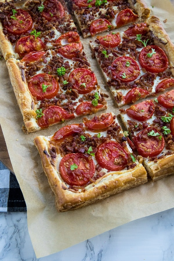 Easy Bacon Tomato Tart - Using shortcut ingredients like puff pastry and bacon crumbles makes this a quick and easy summertime dinner favorite! #mustlovehomecooking