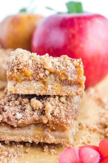 Crumbly, buttery and jammy, these easy Apple Pie Crumb Bars are bursting with spices and tastes just like apple pie, only better! #mustlovehomecooking