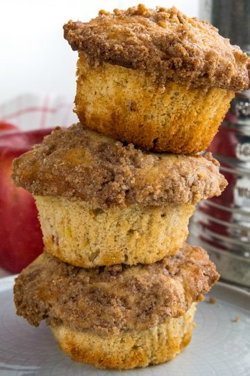 The BEST cinnamon spice apple muffins with fresh apples, lots of spice and a crisp, buttery crumb layer you'll be tempted to munch on first. #mustlovehomecooking