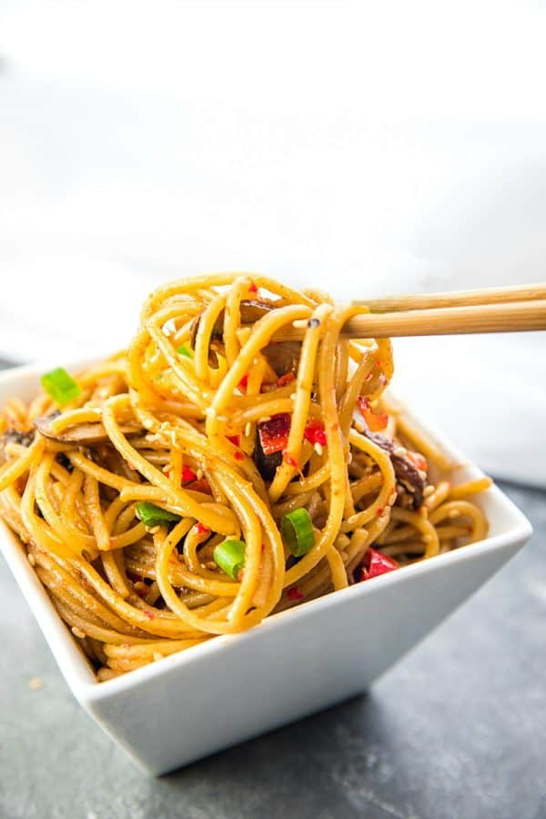 Instant Pot Sesame Garlic Pasta! Super easy recipe with simple ingredients - soy sauce, sesame oil, garlic, mushrooms, red peppers and spaghetti noodles.  #mustlovehomecooking