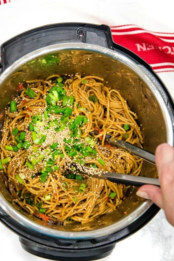 Instant Pot Sesame Garlic Pasta! Super easy recipe with simple ingredients - soy sauce, sesame oil, garlic, mushrooms, red peppers and spaghetti noodles.