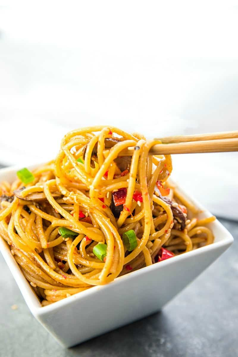 Instant Pot Sesame Garlic Pasta! Super easy recipe with simple ingredients - soy sauce, sesame oil, garlic, mushrooms, red peppers and spaghetti noodles. Vegan/Vegetarian option. #mustlovehomecooking